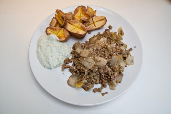 DSC 7863  Chicorée-Hackvleisch mit Bäckchenkartoffeln