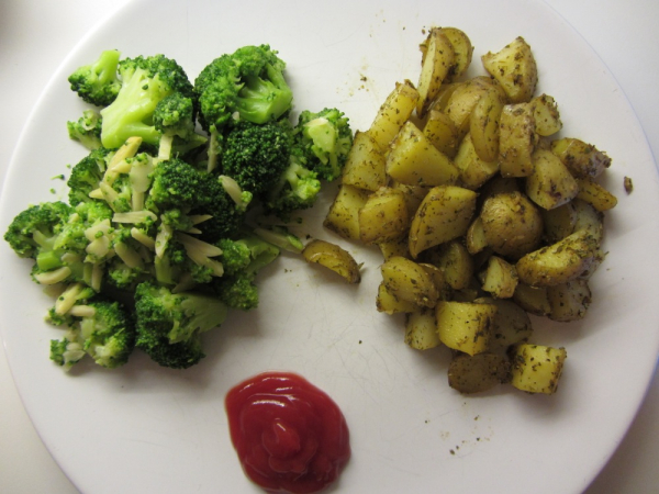 IMG 5119  Broccoli mit Kartoffel-Wedges
